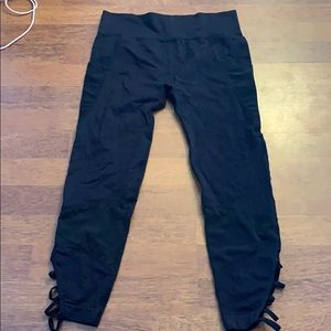 Seamless capri leggings black pockets